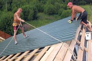 Чтобы поднять профнастил на крышу, Вам понадобятся помощники