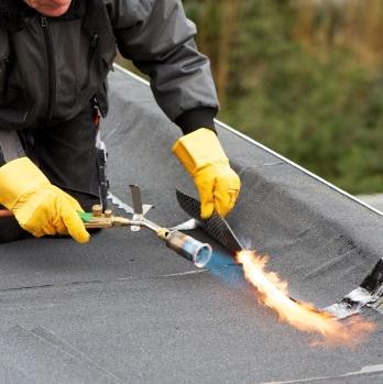 Применение газовой горелки для ремонта наплавляемой кровли